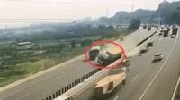 3车高速逆行撞翻货车 司机上演高速大逃亡