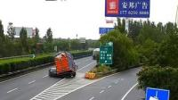 小车错过高速出口急停倒车 遭后方货车猛烈撞击
