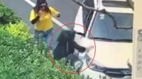 监拍: 越野车恶意碾压女子路人合力施救