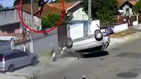 轿车失控翻车疯狂翻转 一人甩出落上房顶