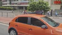 创意脑洞广告大众汽车炫耀他的稳定性, 把包放在车顶开, 结果被自行车追上