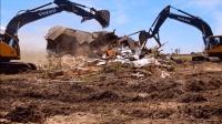 拆这么小的房子上两台挖掘机, 网友: 都不够油钱