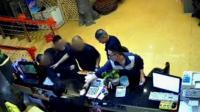 广西一城管酒后调戏女收银员被拘留