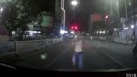 """男子街头""""碰瓷""""遇警察 撒腿就跑仍被制伏"""
