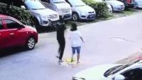 监拍小区突遇高空坠物 女子手臂当场砸伤