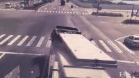 """险! 货车红绿灯路口急刹 惨被瞬间""""削头"""""""