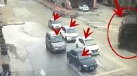5辆车正在等红灯, 谁知祸从天降, 要不是监控, 都不敢相信