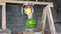 实拍小哥用800℃熔盐浇在西瓜里, 网友: 吃下去的话口味得多重?