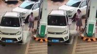 恐怖! 女司机自助加油失误 汽油当场喷洒一地