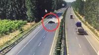 小车高速爆胎失控 撞护栏旋转720度