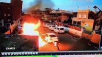 监拍男子泼汽油纵火烧车 反转上演玩火自焚