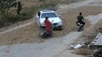 村民公路晒麦 迎亲宝马车打滑撞人死亡