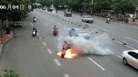 电动车行驶中突然爆炸起火 2男子跳车逃生