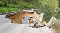 持续降雨致公路坍塌 现场一片支离破碎