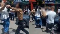 男子偷车被发现竟要打人 群众一拥而上将其制伏