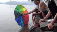 拿着强磁去杭州西湖打捞, 看看小伙捞到了什么