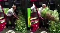 挑菜老人被公交司机赶下车? 公交: 乐于助人