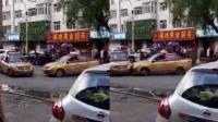 """两的哥因抢客开车互撞 当街上演""""碰碰车"""""""