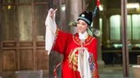 冯薪朵学唱《女驸马》扮相俊美 领悟身段讲究感悟传统文化