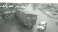 面包车逆行致两货车相撞 若无其事离开现场