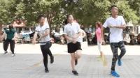 这样的鬼步舞很有趣! 高个子男生跳的没有没有好看呢