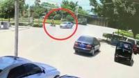 摩托车载4人极速狂奔 撞上轿车后翻倒在地
