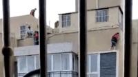 """""""皮""""出事! 7名熊孩子 17楼外墙爬上楼顶被困"""