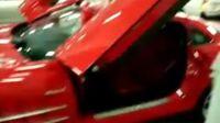 车库中拍到的红色奔驰迈凯伦SLR