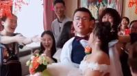 新郎接亲抱不动新娘无奈将其放下