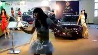 [拍客]车展上舞者卖力献舞