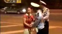 广州野蛮女车主不服扣车 殴打交警