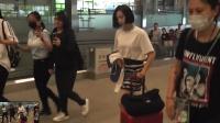 八卦:宋茜机场黑脸锁眉 穿波纹黑裙秀长腿