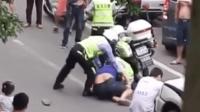 """民警正常执法遭阻挠 场面堪比""""警匪片"""""""