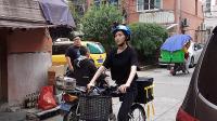 八卦:唐嫣变身最美外卖小妹 穿梭小区中