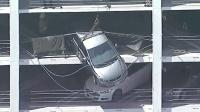 女司机刹车当油门 车子飞出停车场悬挂四楼