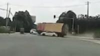 渣土车街头侧翻压扁小轿车 2人不幸身亡