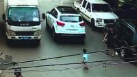男童自行开门下车 遭货车碾轧身亡