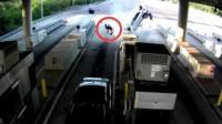 车祸瞬间乘客当场被甩飞 只因没系安全带
