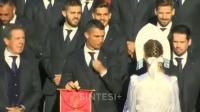 葡萄牙抵达世界杯酒店, C罗看什么看的入神