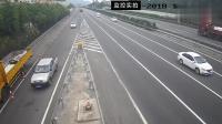 轿车司机高速上违规变道, 大货车无奈撞上