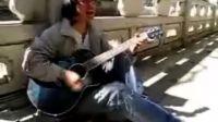 吉他弹唱《坚强的理由》一位流浪歌手唱的.很有感觉