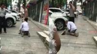 老人骑车刮到轿车下跪求饶 对方咆哮回应