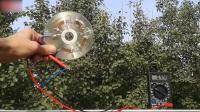 小伙在家用废旧光盘自制太阳能电池板, 发电量还不错