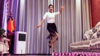 农村女人家里跳尬舞挺漂亮的《爱情毛毛雨》青青世界广场舞