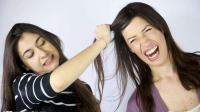 安徽两女子打架用杀手锏互拽对方头发