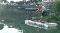 自制竹筏船在河中间强磁打捞, 看看小伙捞到了什么东西