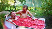 外国小哥用近2000斤的西瓜瓤泡澡, 网友: 滞销的西瓜有销路了!