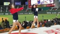世界杯中场休息, 足球宝贝们上场大秀热舞给球员加油打气