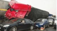 大货车被轿车司机疯狂挑衅, 气得司机暴起撞车, 结局大快人心!