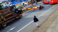 摩托车女子预感到不对劲, 赶紧往边上躲, 事实证明他是对的!